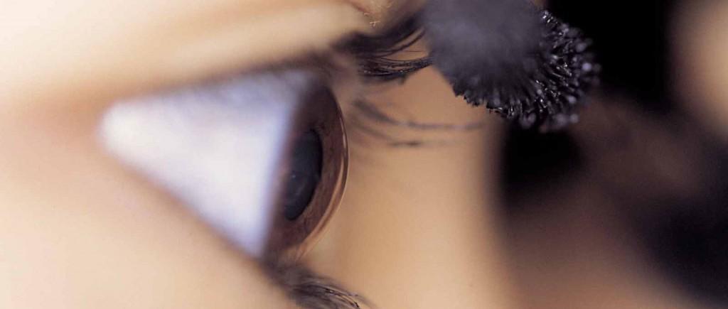 Auge-wird-geschminkt